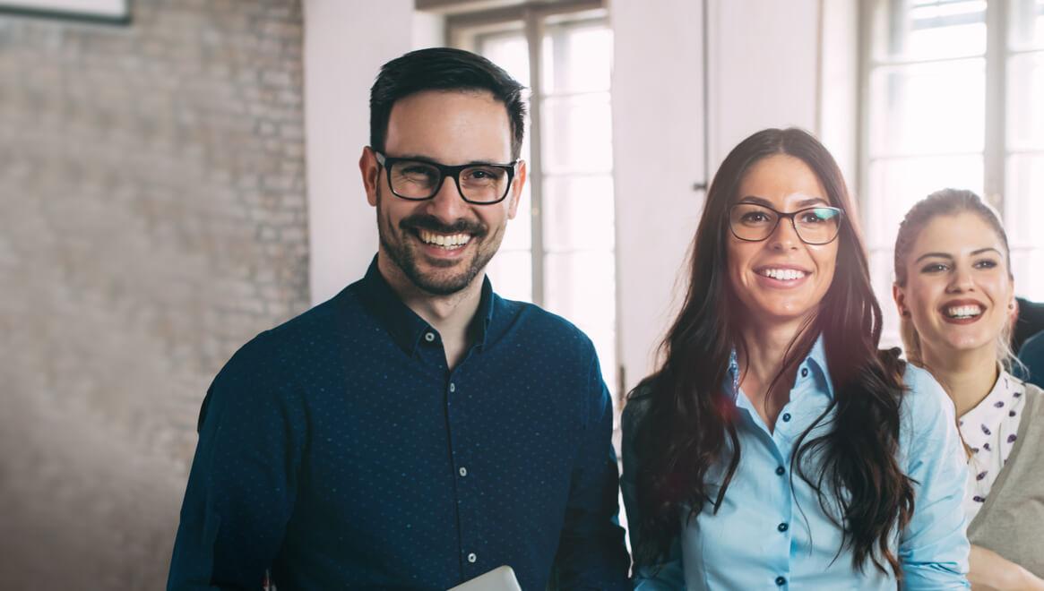 Uśmiechnięci ludzie - jeden mężczyzna i dwie kobiety