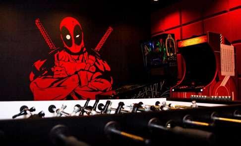 Piłkarzyki, na ścianie namalowany Deadpool